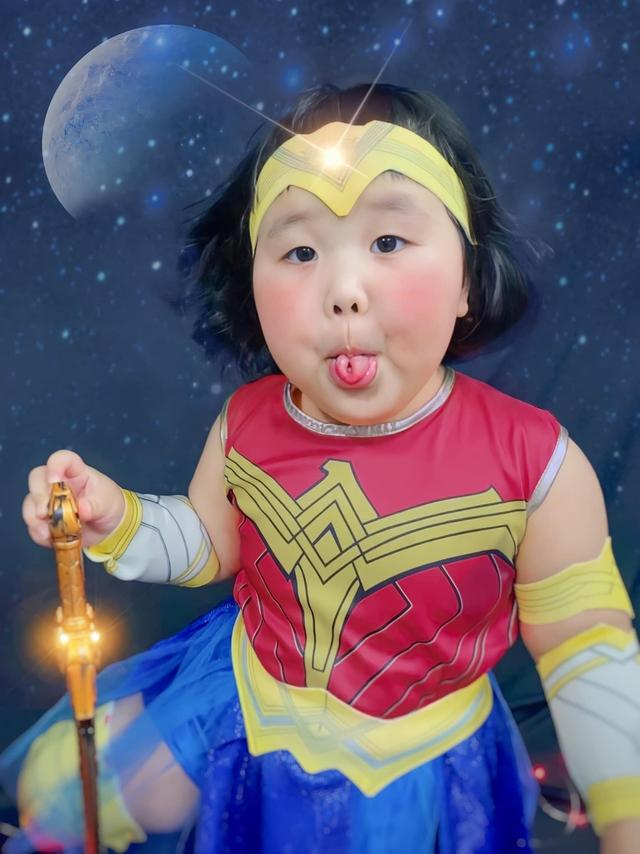 Bé gái Việt gây bão với loạt biểu cảm khó đỡ trong bộ ảnh hóa thân thành Wonder Woman - Ảnh 4.
