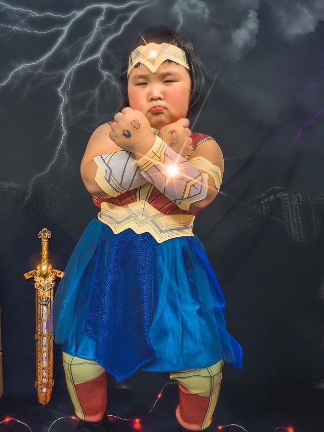 Bé gái Việt gây bão với loạt biểu cảm khó đỡ trong bộ ảnh hóa thân thành Wonder Woman - Ảnh 5.