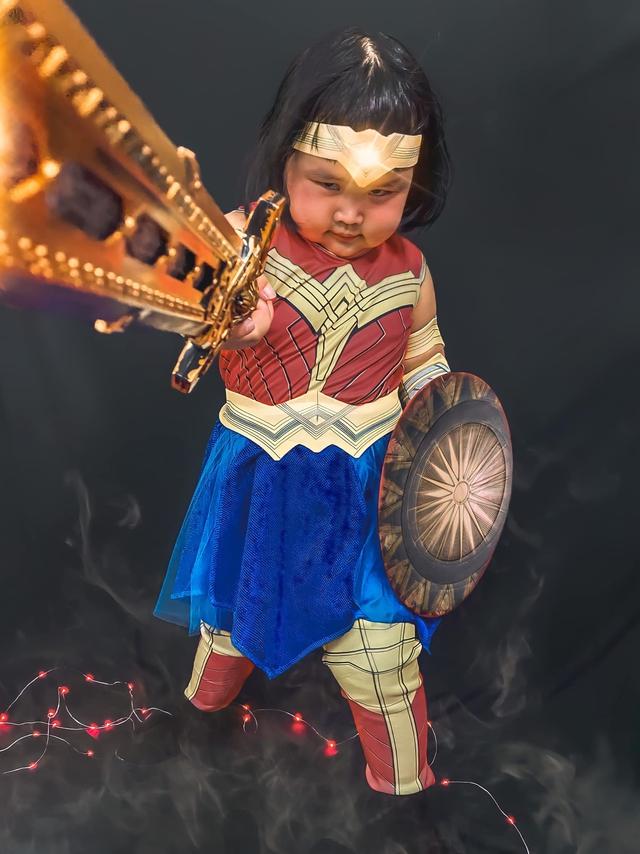 Bé gái Việt gây bão với loạt biểu cảm khó đỡ trong bộ ảnh hóa thân thành Wonder Woman - Ảnh 6.