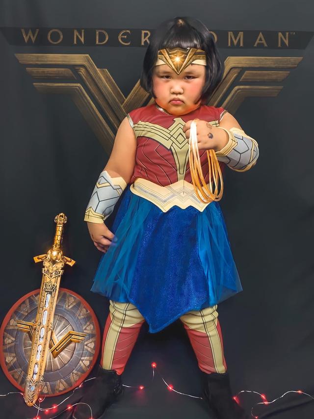 Bé gái Việt gây bão với loạt biểu cảm khó đỡ trong bộ ảnh hóa thân thành Wonder Woman - Ảnh 7.