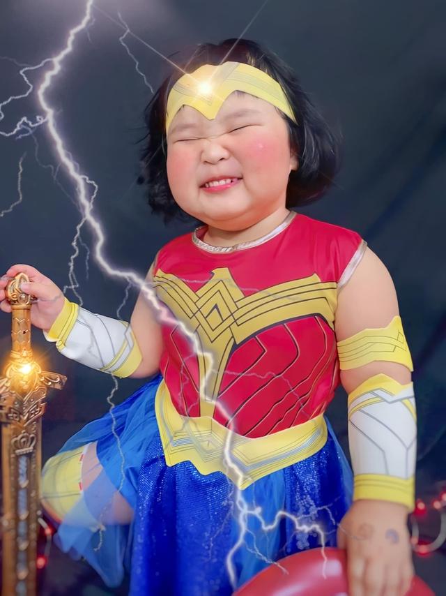 Bé gái Việt gây bão với loạt biểu cảm khó đỡ trong bộ ảnh hóa thân thành Wonder Woman - Ảnh 9.