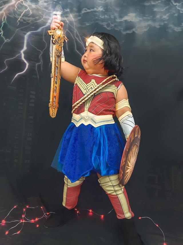 Bé gái Việt gây bão với loạt biểu cảm khó đỡ trong bộ ảnh hóa thân thành Wonder Woman - Ảnh 10.