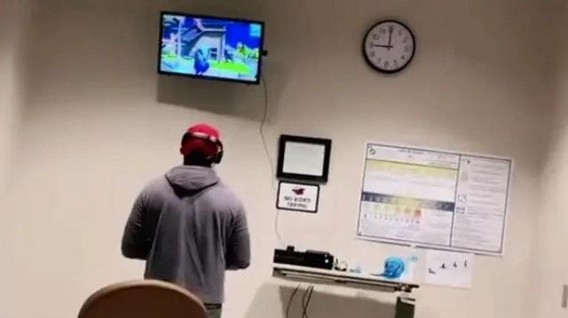 Vợ nằm trong phòng đẻ, chồng vẫn mang PlayStation vào viện để chơi nốt ván với chiến hữu - Ảnh 2.