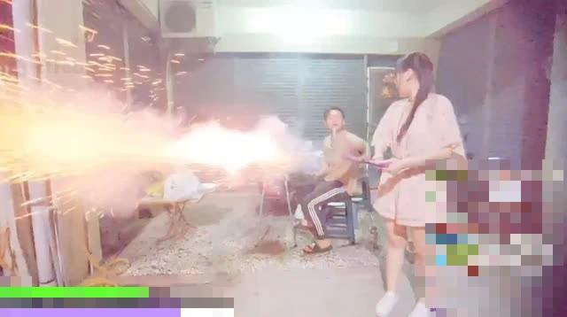 Nghịch dại tới mức bắn pháo trong nhà khi lên sóng, nữ streamer bị CĐM chỉ trích, đòi cấm kênh - Ảnh 4.