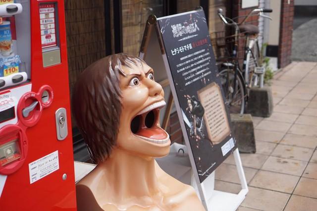 """Các fan thích thú với thùng rác """"Attack on Titan"""" đầy quái dị Thu3-1632550202217710128370"""