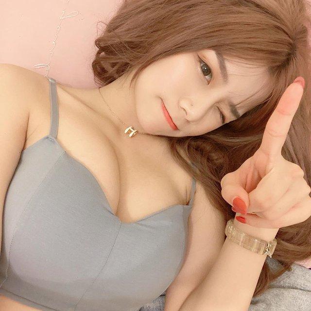 Dạy fan thực hiện thử thách nóng bỏng, nàng hot girl nhận nhiều chỉ trích vì chỉ tìm cách khoe thân - Ảnh 4.