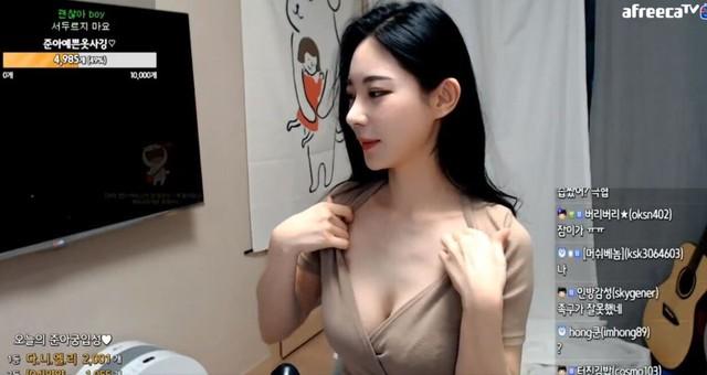 Màn tự xé áo gây sốc của cô nàng streamer Jun-ah Photo-1-16309083235471480307075