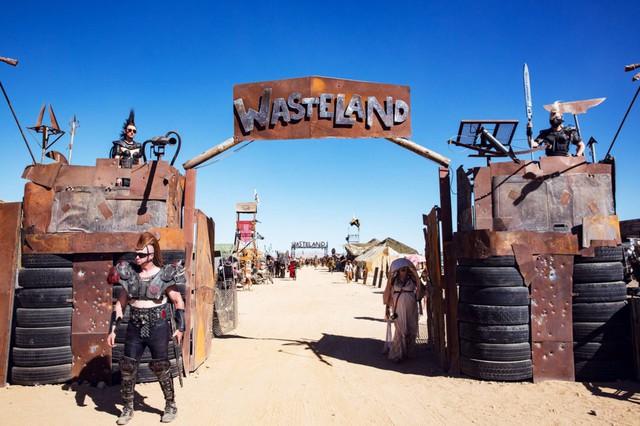 Ngay từ cổng đi vào, ta cũng có thể cảm nhận rằng Wasteland là một sự kiện không dành cho người yếu tim