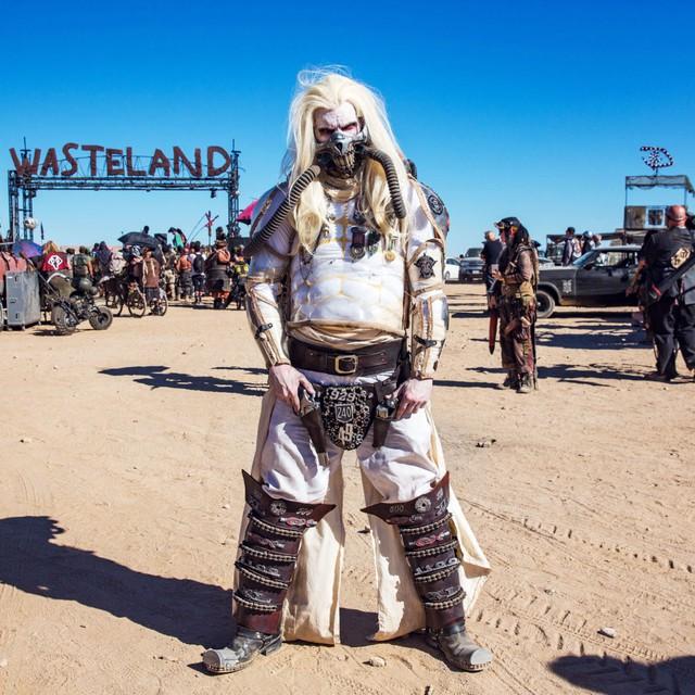 Một người tham dự hóa trang thành nhân vật Immortan Joe trong phim Mad Max: Fury Road. Được biết sự kiện này cũng có trao thưởng cho hạng mục trang phục giống phim đẹp nhất và trang phục nguyên bản đẹp nhất