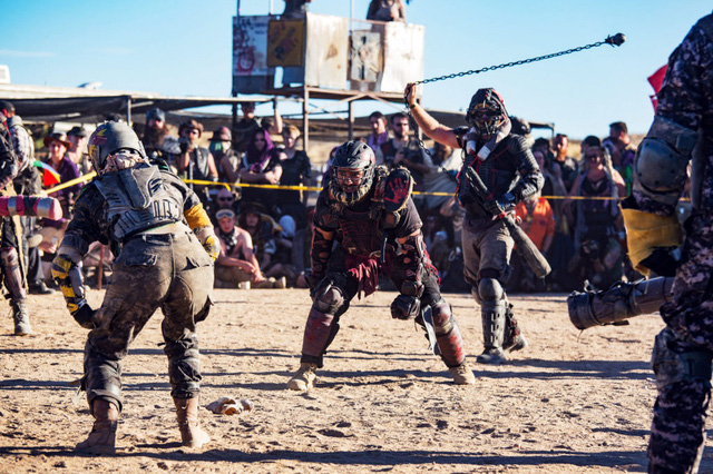 Một trận đấu jugger với sự kết hợp của nhiều môn thể thao khác nhau như rugby, đấu kiếm và cả đánh lộn đường phố kiểu cổ điển. Thành viên hai đội tham dự sẽ mặc áo bảo hộ, và mang cả vũ khí tự chế để ngăn đối phương