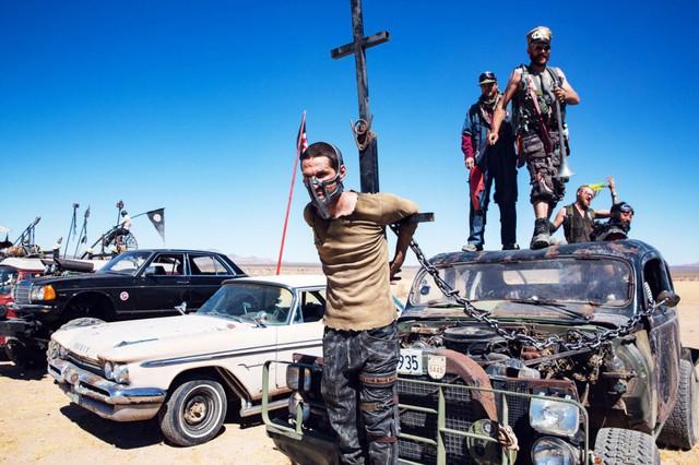 Tái hiện lại một cảnh quay đáng nhớ trong bộ phim Mad Max: Fury Road