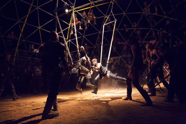 Một trận quyết đấu ở đấu trường Thunderdome, được xây dựng bởi một bộ lạc tự xưng là Death Guild. Thể thức thi đấu là 1vs1 với vũ khí làm từ những ống nhựa PVC