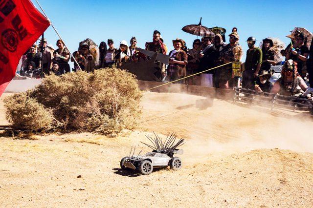 Đua xe điều khiển từ xa cũng là một hoạt động rất được ưa chuộng của Wasteland. Trong đó mỗi chiếc xe cũng được chế tạo phù hợp với chủ đề chung, vừa dùng tốc độ vừa có thể tông vào xe khác