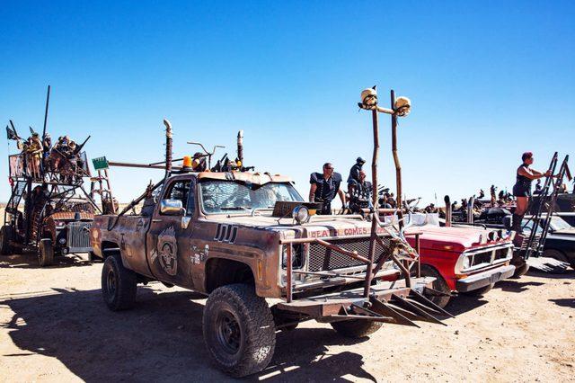 Một chiếc xe bán tải được trang bị gai nhọn và đầu lâu nguy hiểm. Những chiếc xe kiểu này được yêu cầu phải đỗ ở nơi xa hơn để đảm bảo an toàn cho khu cắm trại chung