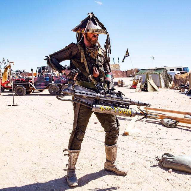 Một người tham dự trong trang phục tự chế độc đáo và một cây súng phóng lao vô cùng nguy hiểm