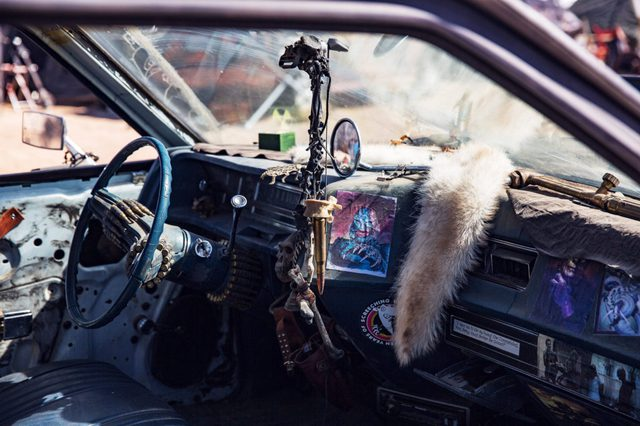 Không chỉ cải tạo bên ngoài, từng bộ phận bên trong mỗi chiếc xe cũng được thay đổi và trang trí hết sức công phú với lông thú, xương và cả đạn nữa
