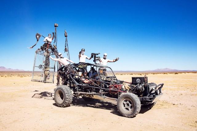 Một chiếc xe với đầy đám lính chiến thuộc hạ của Immortan Joe