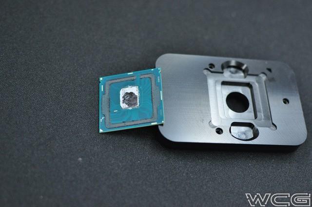 Hình ảnh chiếc CPU đã bay nắp lưng.