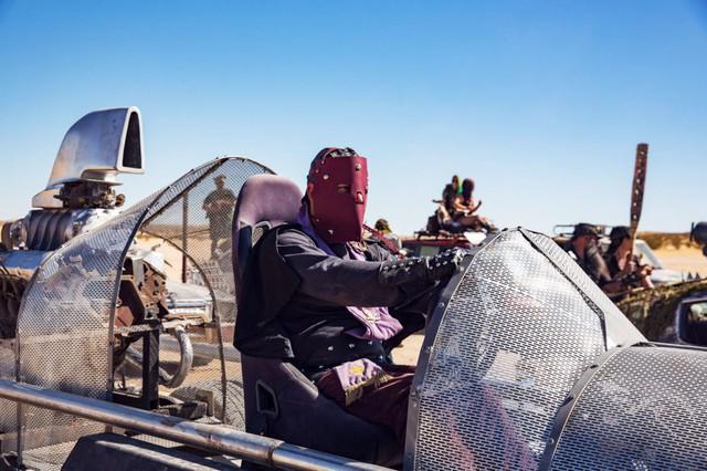 Một tay lái với mặt nạ bằng da, ngồi trong chiếc xe Lone Wolf của bộ phim Mad Max 2. Phương tiện này đã thắng giải xe giống phim nhất