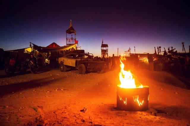Về đêm, nhiệt độ ở sa mạc hạ xuống rất thấp nên mọi người tham dự thường nhóm những đống lửa lớn để giữ ấm