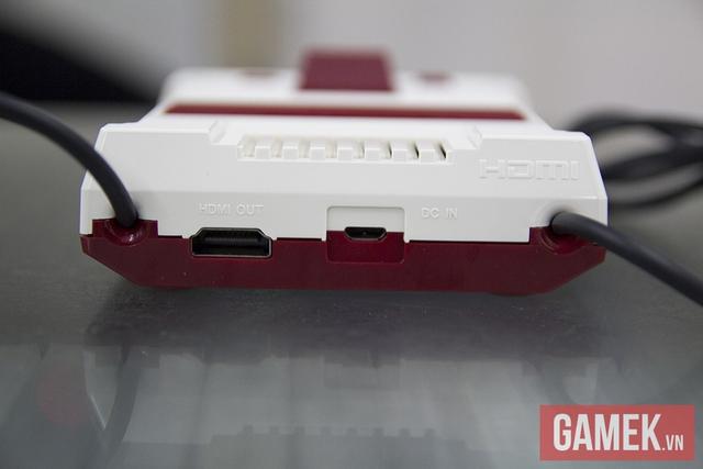 Giống hệt NES Classic, bạn chỉ cần một cục sạc điện thoại chuẩn 5V 1A là có thể cấp nguồn cho Famicom Mini với cáp Micro USB. Máy vẫn hỗ trợ kết nối HDMI xuất hình ảnh và âm thanh vào màn hình TV. Ở đoạn clip đầu bài viết, gần như chẳng có chút khó khăn gì để bắt đầu chơi game trên chiếc màn hình TV thông thường cả.