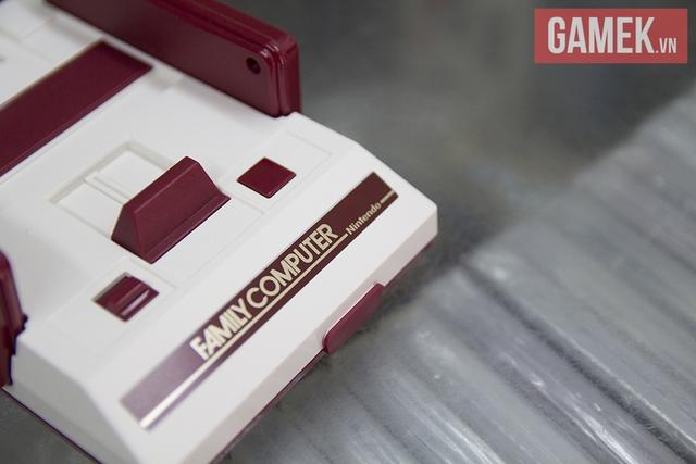 Thậm chí cổng lắp súng Zapper chơi bắn vịt cũng được tái tạo, nhưng nó chỉ là một mảnh nhựa được hàn chết vào lớp vỏ máy mà thôi. Bản thân chiếc máy cũng không được tích hợp tựa game Duck Hunt quen thuộc.