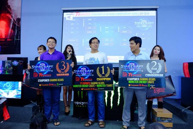 MeomaikA (ngoài cùng bên trái), Giải ba Starcraft II VietNam Championship Series (2015).