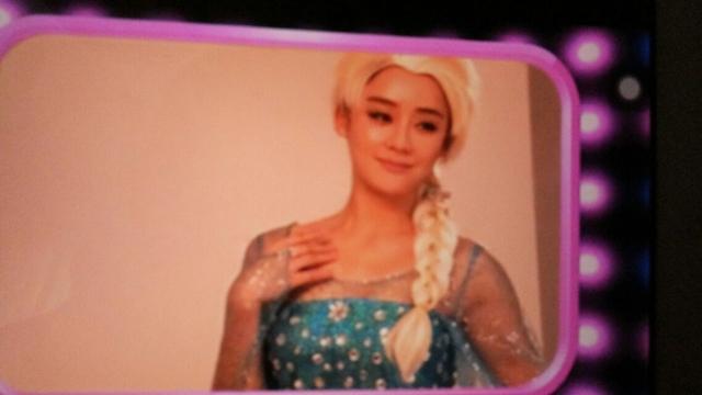 """Viên San San đang hóa trang thành nhân vật Elsa trong Frozen với khuôn mặt na ná """"đàn ông"""" khiến nhiều người bất mãn."""