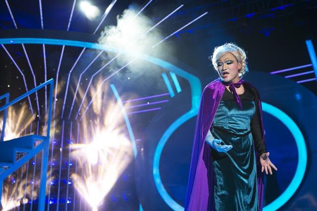"""Đại Nghĩa trong vai Nữ hoàng băng giá Elsa trình diễn ca khúc Let It Go"""" ở chương trình Gương mặt thân quen."""