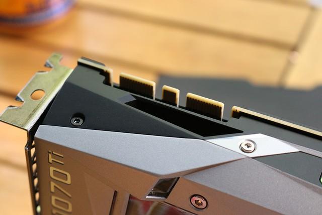 Chân cắm cầu SLI cho những game thủ thích chơi hàng khủng, lắp 2 chiếc card đồ họa cùng lúc
