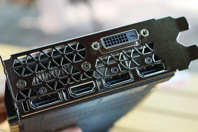 Cổng kết nối vẫn đầy đủ, 3 chân Display Port, 1 cổng HDMI và 1 cổng DVI Dual Link.