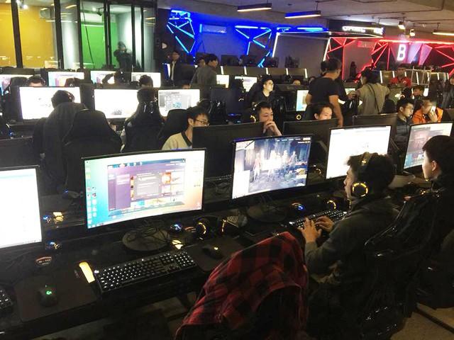 GameHome có những khu vực máy được trang bị cả màn hình cong chuyên game, chuột và bàn phím cơ fullset.