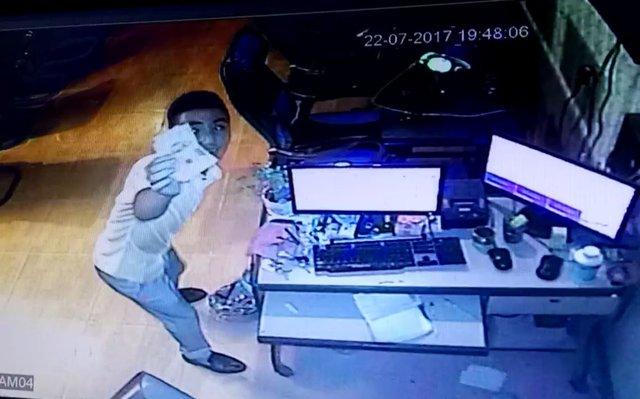 Thanh niên này đã dơ tiền lên camera để trả.