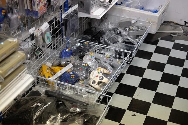 Tay cầm Nintendo GameCube cùng những hệ máy khác được chất cả rổ