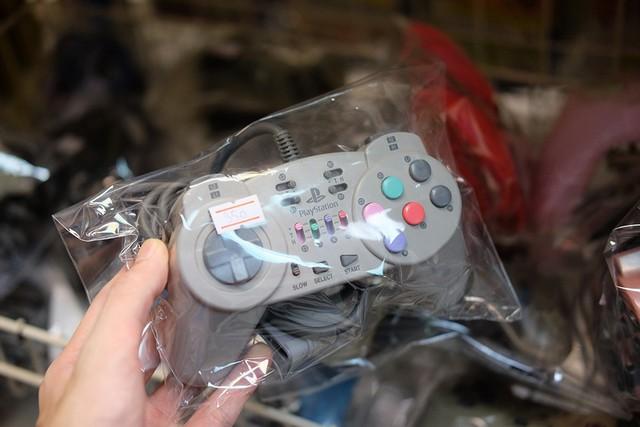 Chiếc tay cầm PS1 của Hori, sản xuất trước năm 2000, phục vụ những game thủ mê game đối kháng với layout rất giống máy arcade ngoài trung tâm thương mại