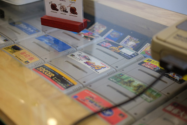 Đến chiếc bàn cũng rất phong cách với những cuốn băng game SNES đủ thể loại, màu sắc nhãn dán