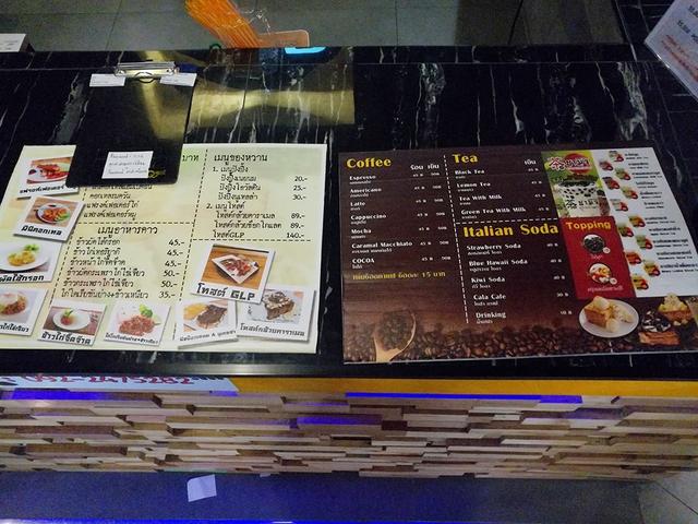 Quán phục vụ cả... trà sữa trân châu và nhiều món ăn khác, ở đây có cả đặc sản xôi xoài của người Thái Lan nữa!