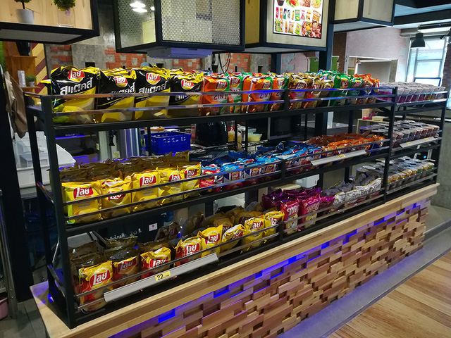 Mỳ gói, snack, khoai chiên, thứ gì cũng có!