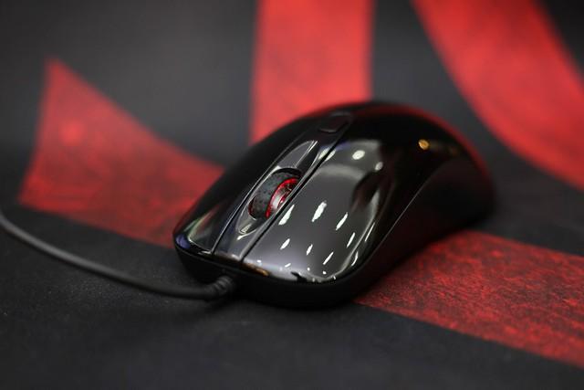 2 nút chuột chính được sử dụng switch omron rất nảy và cũng rất bền bỉ, lên tới 20 triệu lần click.