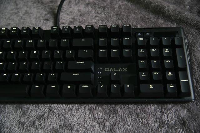 Theo giới thiệu của NSX, GALAX HOF Gaming Keyboard có tới 16 hiệu ứng LED khác nhau, vô cùng thú vị cho game thủ tự tìm hiểu. Các bạn có thể kích hoạt từng loại bằng cụm phím Fn + F6, F7, F8.