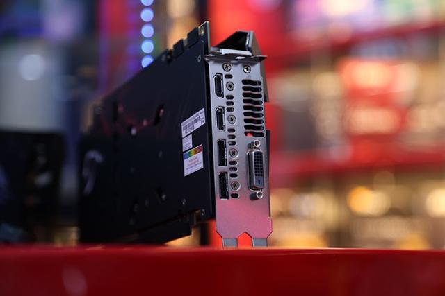Các cổng kết nối khá đầy đủ với 1 x DVI, 2 x DP và 2 x HDMI.