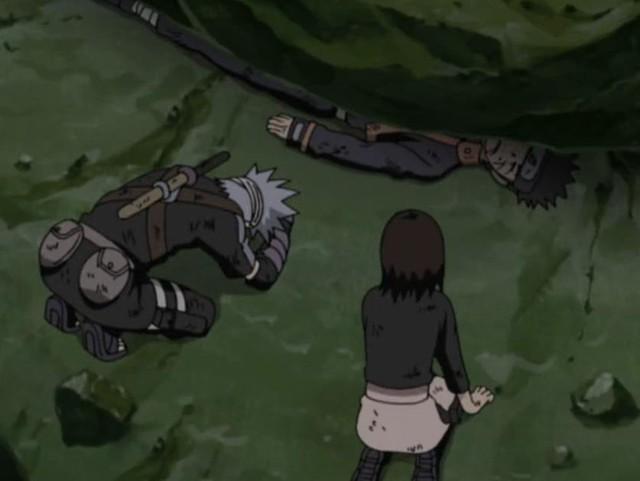 Obito vì cứu mạng Kakashi nên đã bị đá đè bẹp toàn bộ phần bên phải cơ thể và cậu còn nhờ Rin cấy ghép con mắt Sharingan bên trái của mình vào cho Kakashi.