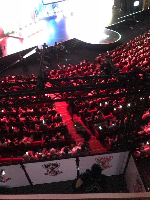 CKTG 2018: Fan Trung Quốc xót xa khi thấy cảnh Zz1tai lén lút nhìn đồng đội thi đấu - Ảnh 2.