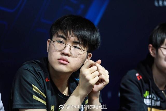 CKTG 2018: Fan Trung Quốc xót xa khi thấy cảnh Zz1tai lén lút nhìn đồng đội thi đấu - Ảnh 3.