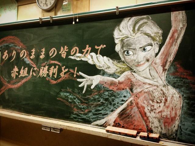 Cô giáo nhà người ta: Khuyến khích học sinh chăm chỉ bằng cách... vẽ Manga lên bảng phấn - Ảnh 2.