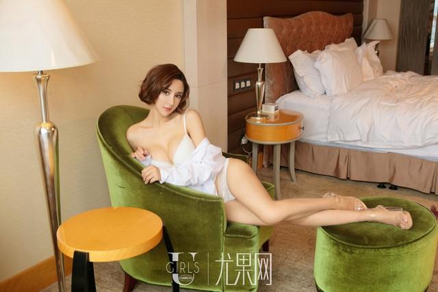 Lạnh lùng và gợi cảm theo phong cách rất riêng của người mẫu Yi Li Na - Ảnh 4.