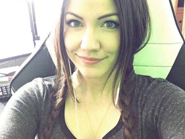 Những nữ streamer nóng bỏng và cuốn hút bậc nhất trên Twitch - Ảnh 15.