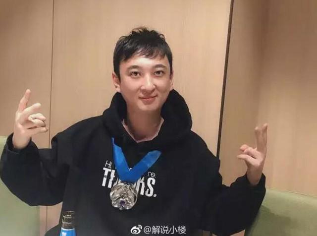 LMHT: Vương Tư Thông bạo chi gần 4 tỉ đồng, Rookie thì tặng hẳn 2 chiếc Iphone XS Max cho fan hâm mộ để ăn mừng chức vô địch - Ảnh 1.