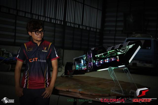 Chết ngất với bộ PC gaming siêu khủng siêu đẹp hình đại kiếm khổng lồ, to bằng cả người luôn - Ảnh 2.