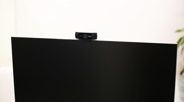 Gắn lên đầu màn hình chắc chắn mà đơn giản, chẳng cần vít kẹp phải vặn gì.